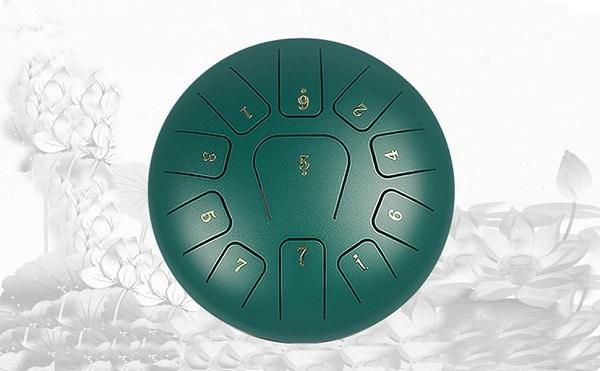 El Tambor etéreo con pegatinas de notas Guani color verde